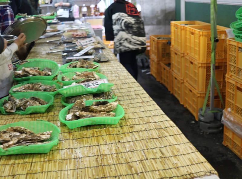 ずらりと並ぶ牡蠣